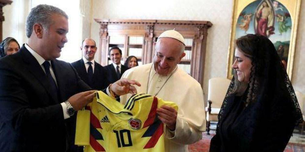 Los curiosos regalos de los famosos al Papa Francisco