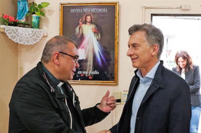 Para distender la situación, Macri visitó un comedor de Cáritas Morón