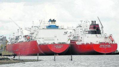 Coimas, peleas y sobreprecios en la importación de 500 buques con gas