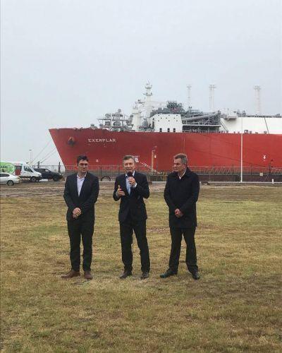 Despiden al barco regasificador en Bahía Blanca