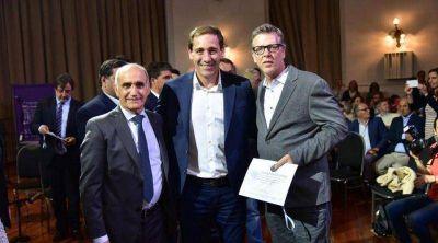 Cantlon recibió un reconocimiento a Calixto Dellepiane por su colaboración durante la recuperación democrática