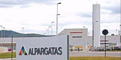 Alpargatas, al borde del abismo: cerró fábrica en Chaco, despidió a todos los trabajadores y vendió las instalaciones