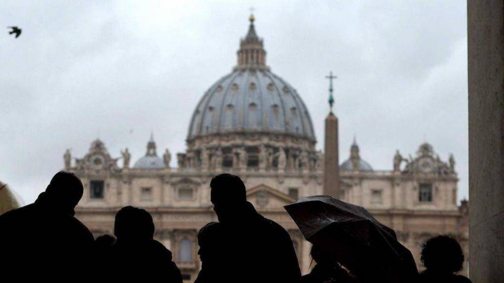 El Papa, Viganò y la guerra de los dossiers: todos los detalles en un libro