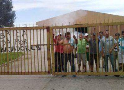 Por deudas salariales, trabajadores toman una planta textil