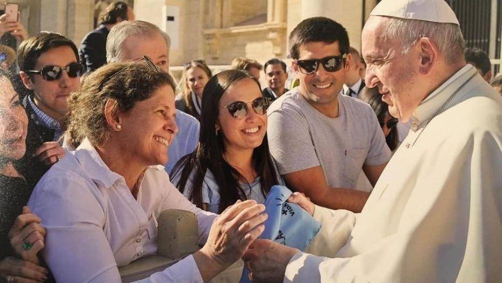 El Papa Francisco recibió un pañuelo celeste de militantes