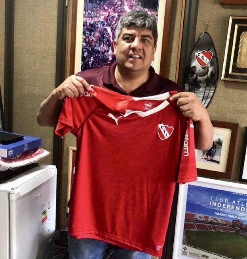 Pablo Moyano saca pecho: se mostró con una camiseta firmada por el Papa