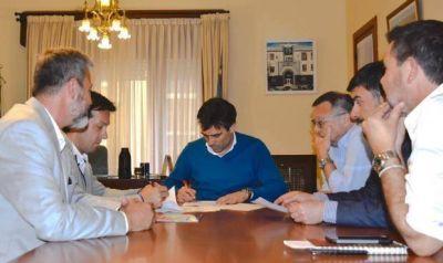 """López calificó de """"histórico"""" el convenio firmado entre el municipio y el Puerto Quequén"""