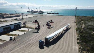 El parque eólico de Pomona se acopia en el puerto de San Antonio