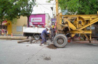 Comenzó la obra de recambio del colector cloacal de calle Roca