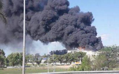 Evacuación en supermercado Carrefour de Rincón de Milberg, Tigre, por un incendio