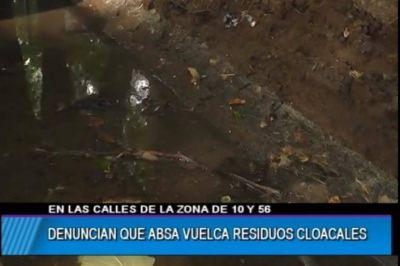 En centro platense, vecinos denuncian que en una semana ABSA volcó dos veces residuos cloacales y temen por la salud