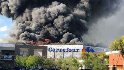 Voraz incendio en hipermercado de Rincón de Milberg