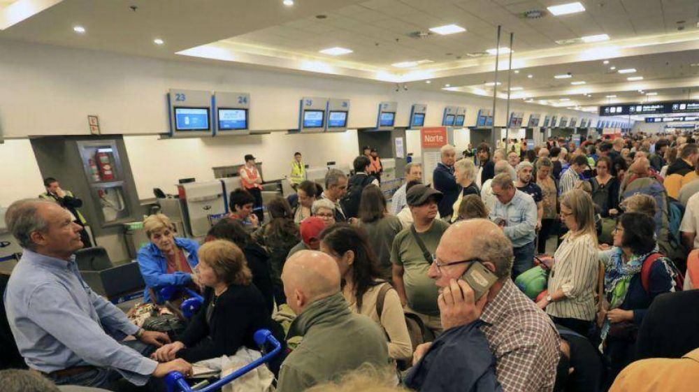 Cinco gremios aeronáuticos protestarán contra las 367 suspensiones en Aerolíneas