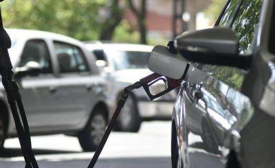 El Gobierno negocia con petroleras una baja del 10% en los combustibles
