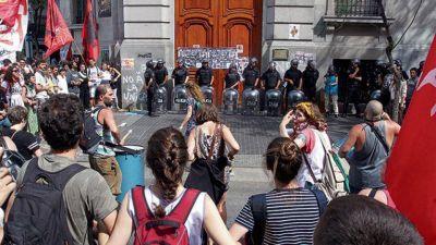 La educación que se discute con represión y gases lacrimógenos