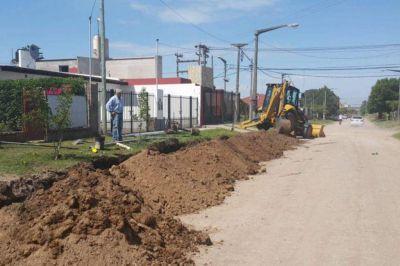 Obras Sanitarias: tendido de red de agua en el Barrio Puente Colgante