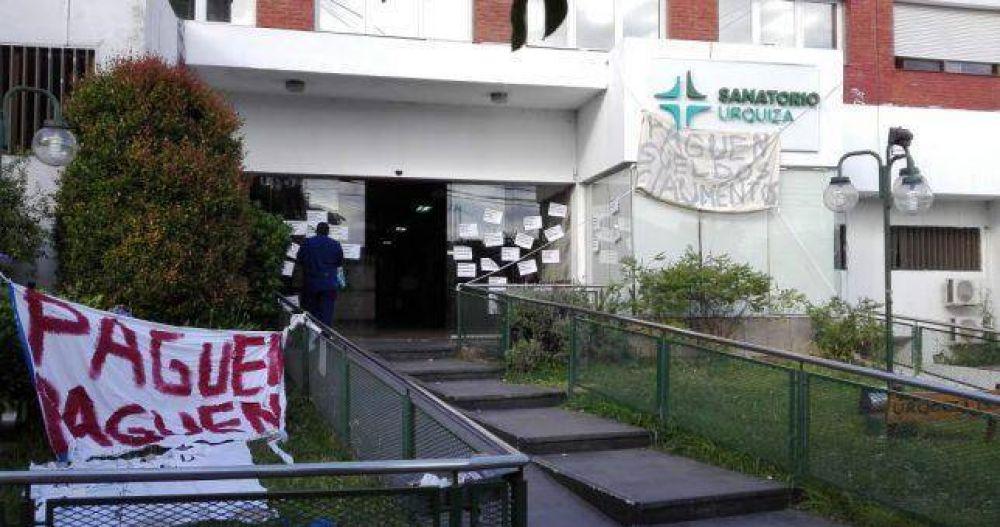 Paro y preocupación en el Sanatorio Urquiza que le debe salarios a sus 250 empleados