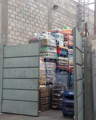 Vecinos indignados con el VEA: toda la mercadería bajo los rayos del sol