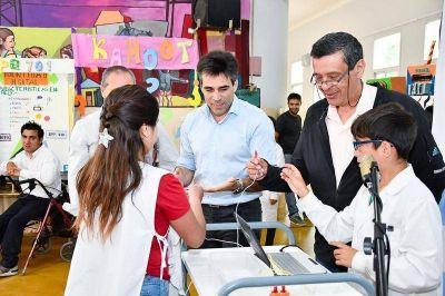 López recorrió el TIC, feria que promociona el uso de la tecnología en las escuelas