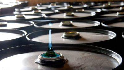 Una gota de agua en un barril lleno de petróleo