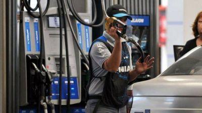 Por aumento en dos impuestos, casi no bajan los precios de las naftas