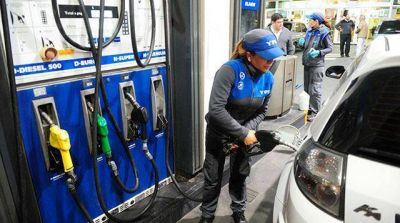 YPF anunció que baja el precio de la nafta