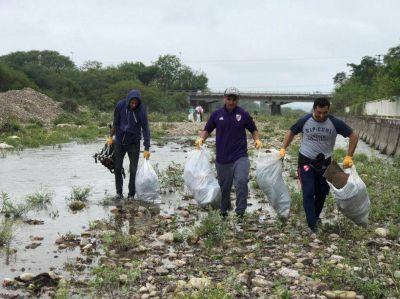 Jóvenes se unieron para sacar la basura del río San Lorenzo