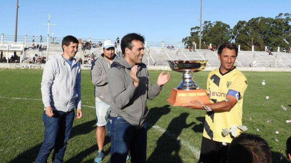 López entregó la copa de 'Campeón del Año' de la Liga Amateur de Fútbol