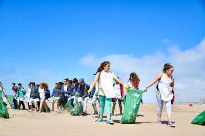 Alumnos de la Escuela Nº 19 y el municipio, juntos en la limpieza de playas