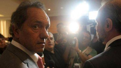 Del ridículo no se vuelve, pero Scioli se lanza a la carrera presidencial