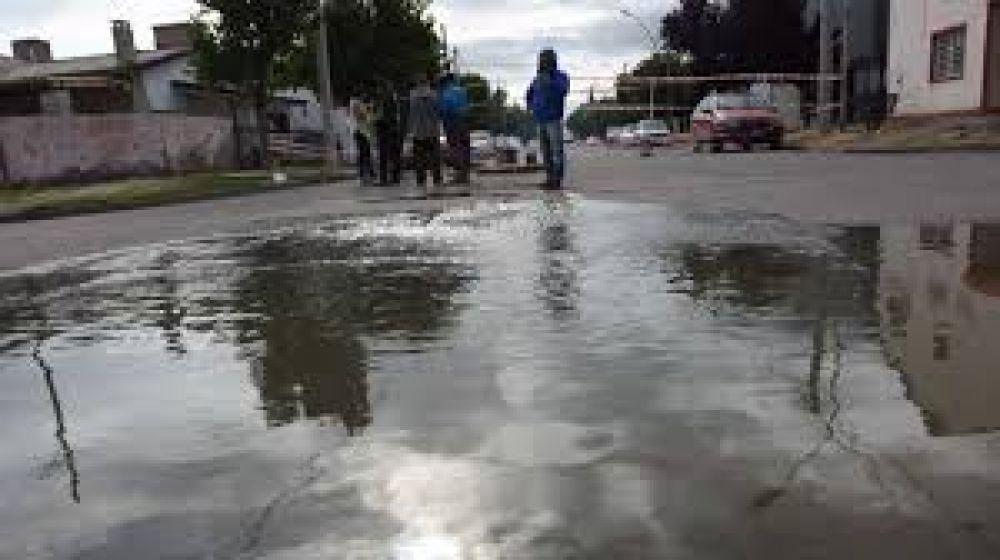 Cansados por los desbordes cloacales, vecinos de Roca cortaron una calle