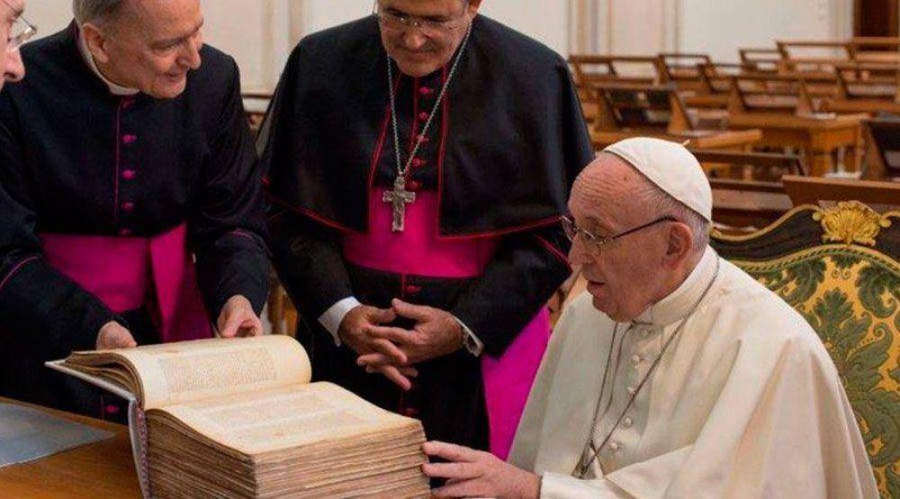 Un Papa escribió en quechua, la visita de Francisco a la Biblioteca Vaticana