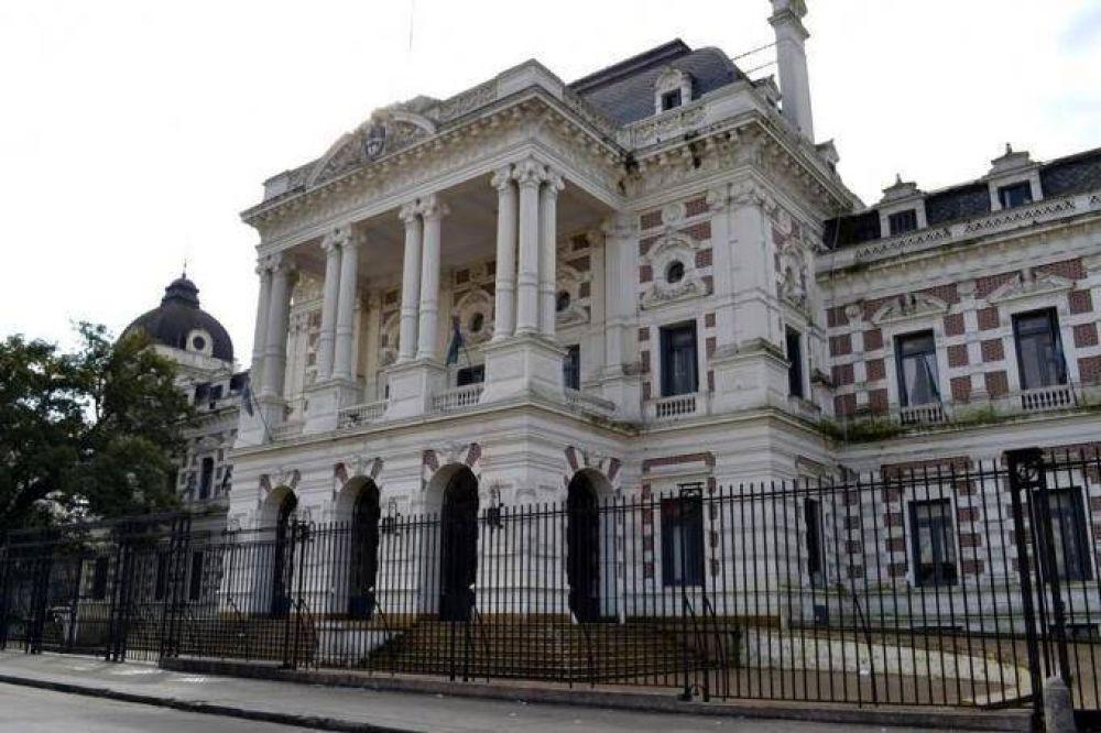 Estatales bonaerenses perciben hoy el medio aguinaldo mientras esperan al bono de fin de año