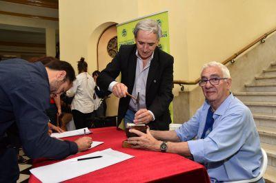 """El reconocido Orfebre Juan Pallarols en Chascomús: """"Fue muy emocionante aportar un granito de arena en la confección del bastón de mando del próximo presidente argentino"""", dijo Javier Gastón"""