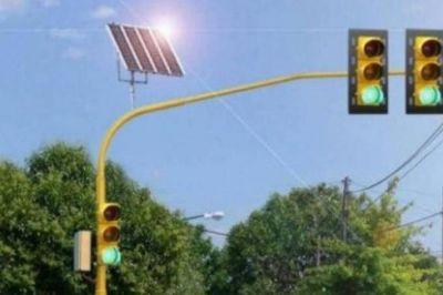 Estudiantes universitarios crearon un prototipo de semáforo solar