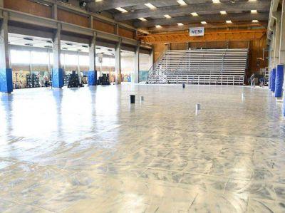 Ya se coloca el nuevo piso en el Polideportivo Municipal