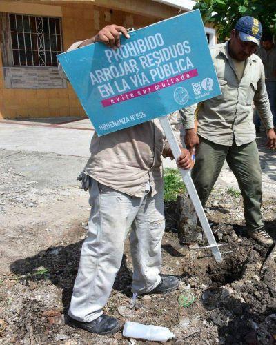 La Municipalidad instala carteles en distintos sectores de la ciudad para evitar la formación de microbasurales