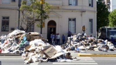 Los recolectores que arrojaron basura a la calle harían tareas comunitarias