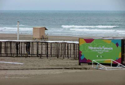 Trabajo a contra reloj en la playa para la puesta a punto del balneario gratuito