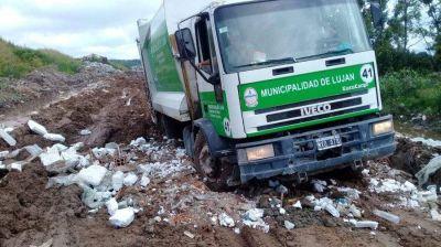 Un camión municipal se encajó en el basural