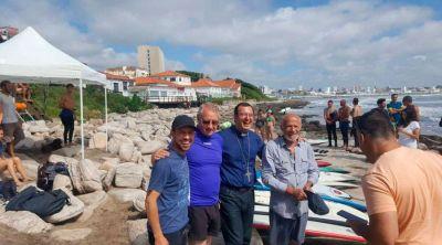 Obispo bendice a surfistas y sus tablas en Argentina