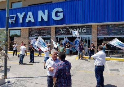 Protesta de mercantiles en un supermercado chino en Santa Teresita