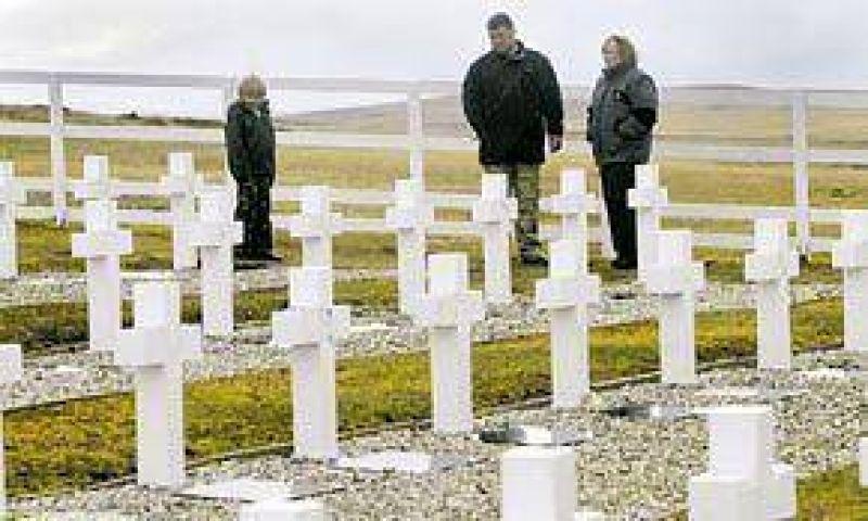 Familiares de los caídos, en busca de una tumba y turba de las Malvinas