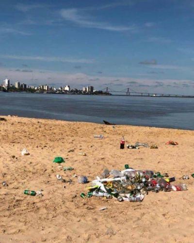 """Malestar y reclamos vecinales por las pilas de basura dejadas en el """"banco de arena"""""""