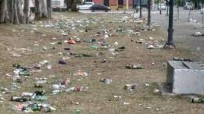 Festejo sin conciencia ambiental: Quienes recibieron el nuevo año en el Parque de Mayo dejaron un basural