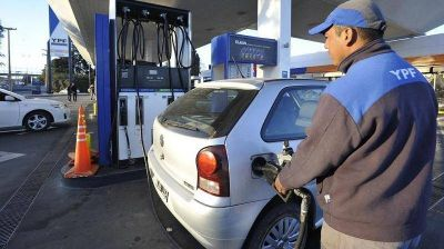 Golpe al bolsillo   Lopez propone subir la nafta