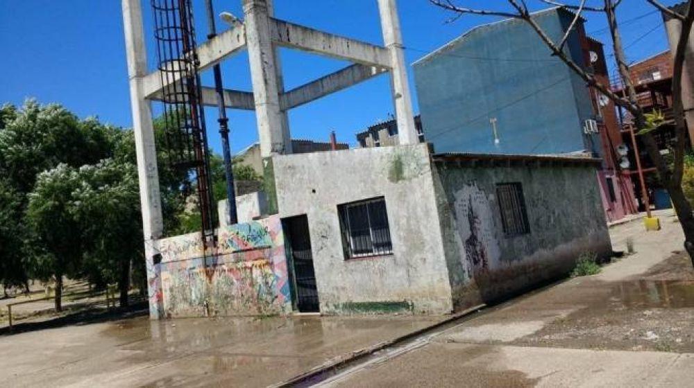 Millones de litros de agua potable se pierden en un barrio de Viedma