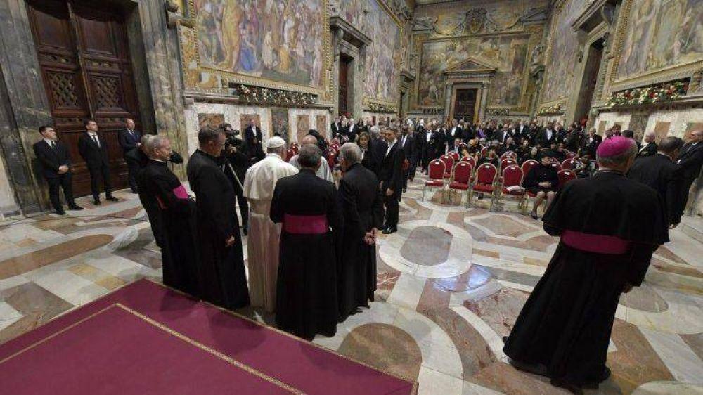 Papa a embajadores: favorecer la edificación de sociedades pacíficas