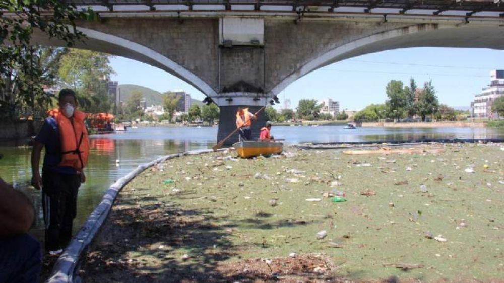 Así se trabajó para remover la basura que contamina el lago San Roque