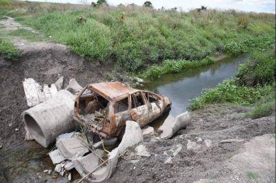 Grave: Ahora utilizan un auto incendiado y rompen caños de gran porte para obstruir desagüe en La Plata y provocar inundaciones